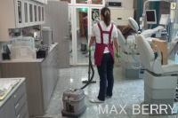 床の掃除機がけ作業